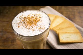 Ice cappuccino met een vleugje kaneel & cacao